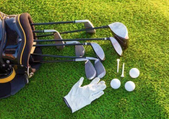 golfudstyr på plæne