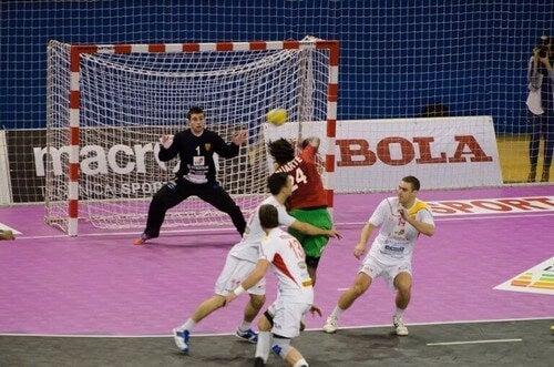 To hold spiller håndbold
