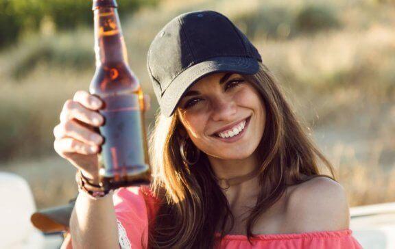 kvinde der holder en øl
