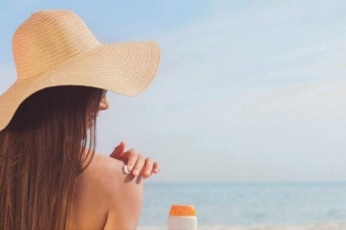 kvinde der smører solcreme på