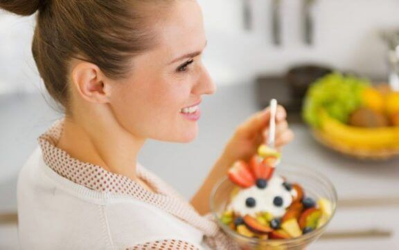 kvinde der spiser frugt