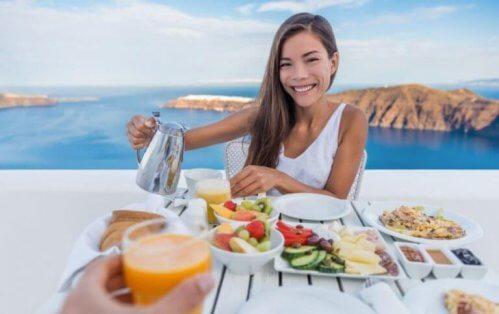 kvinde der spiser morgenmad med udsigt