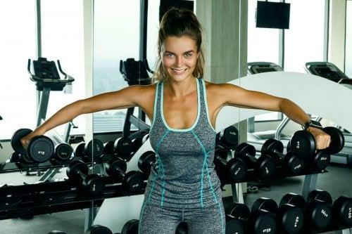 kvinde der træner skuldre