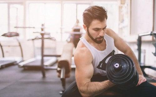 Mand træner med håndvægt