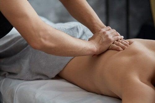 Person får massage, hvilket er blandt gode afslapningsteknikker