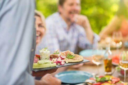 middagsselskab udenfor om sommerne