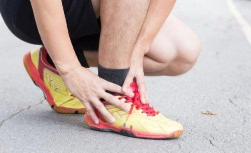 person med smerter i anklen