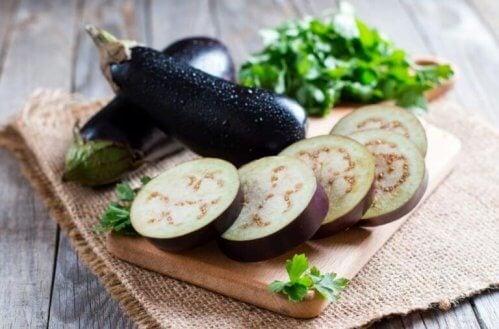 aubergine på skærebræt