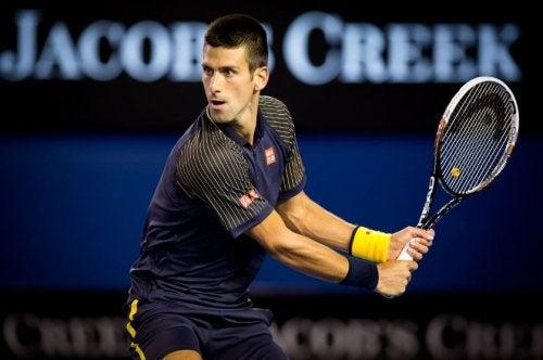Hvad er et baghåndsslag i tennis, og hvordan udføres det?