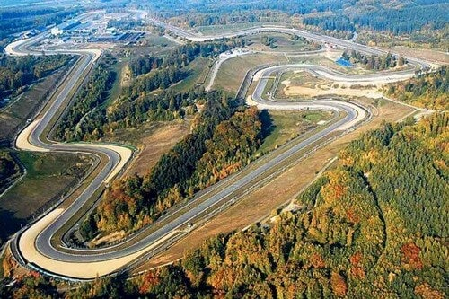 Racerbane med smukt landskab