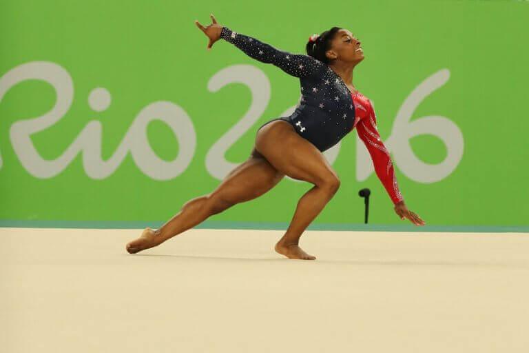 kvinde der laver gymnastik
