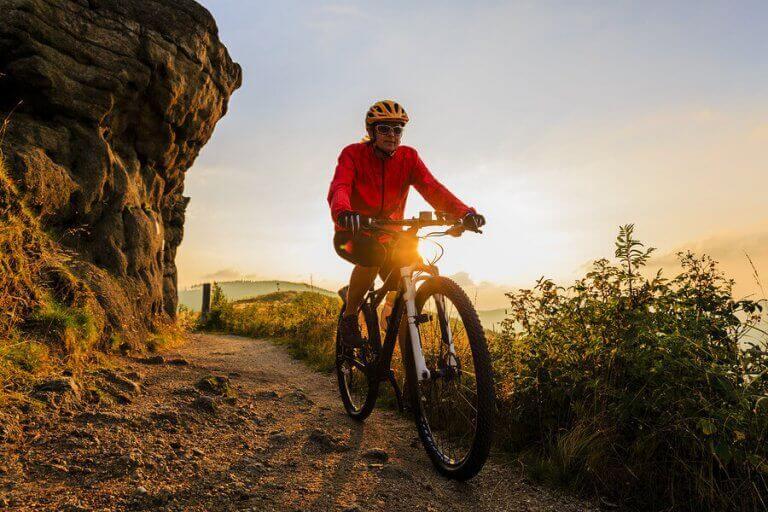 kvinde der cykler