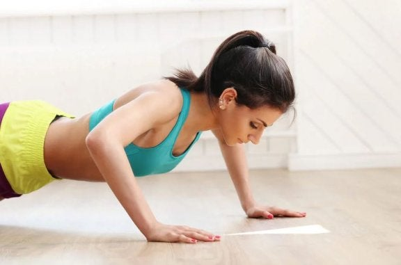 kvinde der laver push-ups