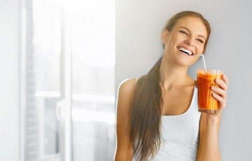Kvinde drikker en smoothie før træning