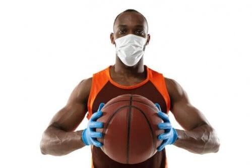 Basketballspiller med handsker og maske på
