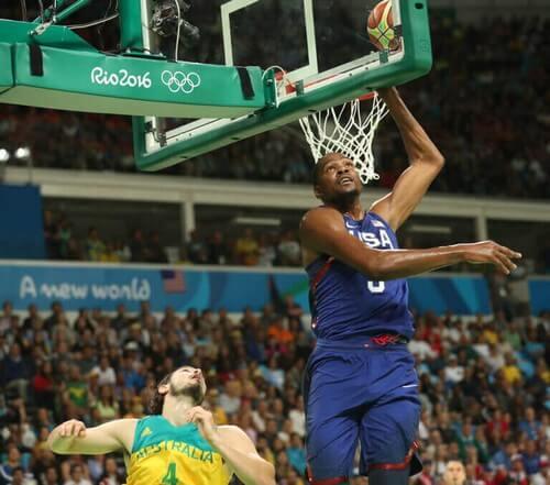 Basketballspillere under basketballkamp