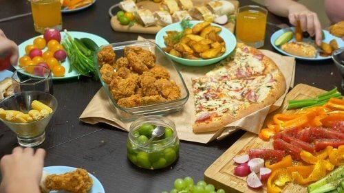 bord fyldt med mad