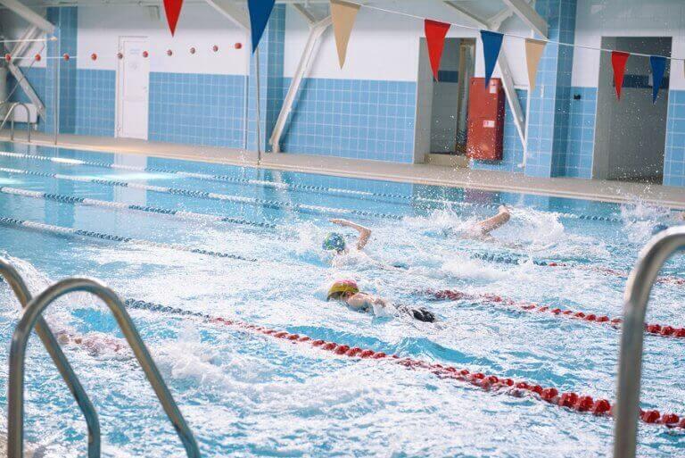 folk der svømmer på baner
