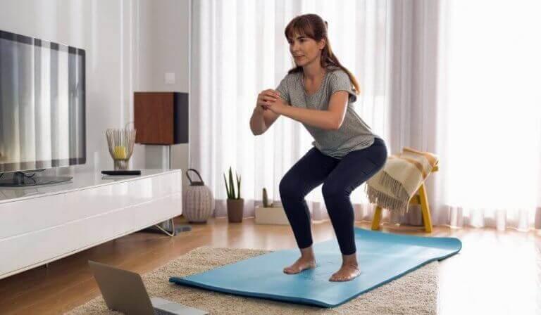 squat er en af mange hjemmeøvelser for ældre voksne