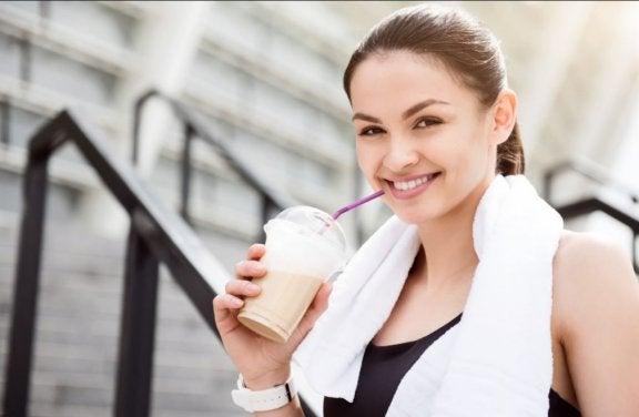 kvinde der drikker en smoothie