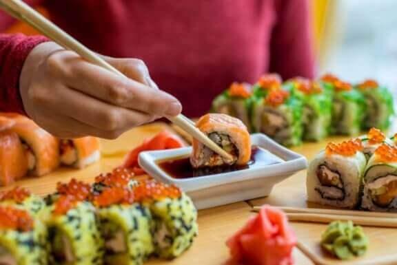 mand der dypper sushi i soja