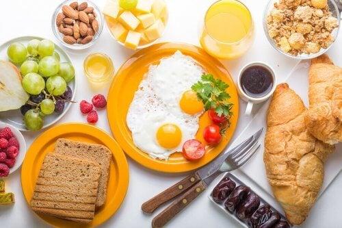 morgenmad på bord