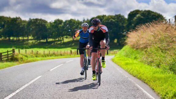 to mænd der cykler udenfor