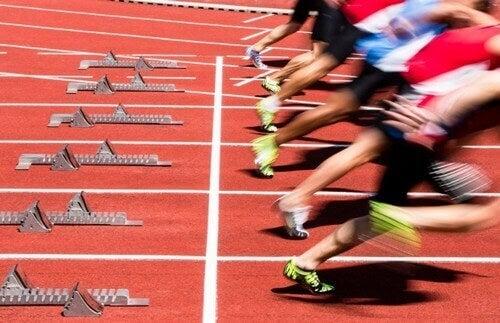 folk der sprinter fra startlinje