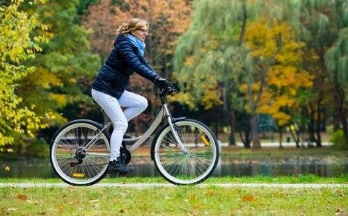 kvinde der cykler i en park