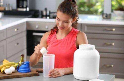 kvinde der laver en shake