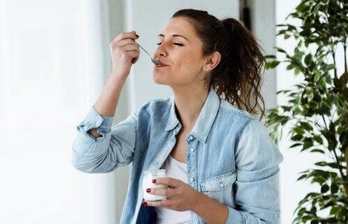 kvinde der spiser yoghurt