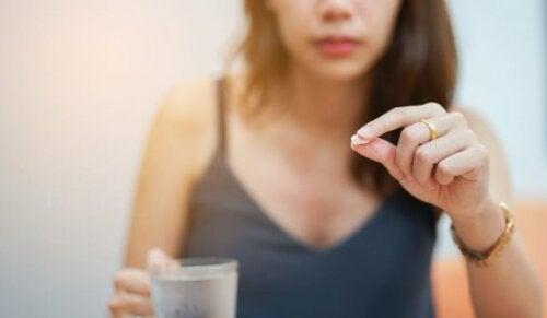 kvinde der tager en pille