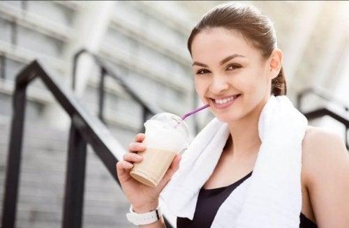 kvinde med en smoothie