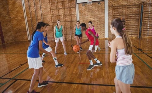 kvinder der spiller baskeball
