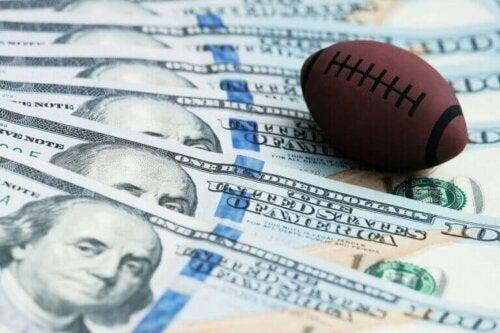 lille amerikansk fodbold ovenpå pengesedler