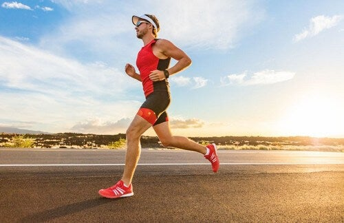 mand der forbereder sig på at deltage i et triathlon