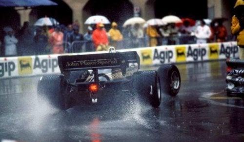 racerbil på våd bane