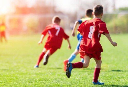 små drenge der spiller fodbold