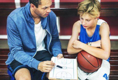 ung spiller der får råd af træner