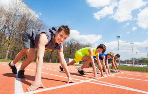unge og børneatleter på løbebane