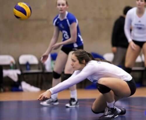 unge piger der spiller volleyball