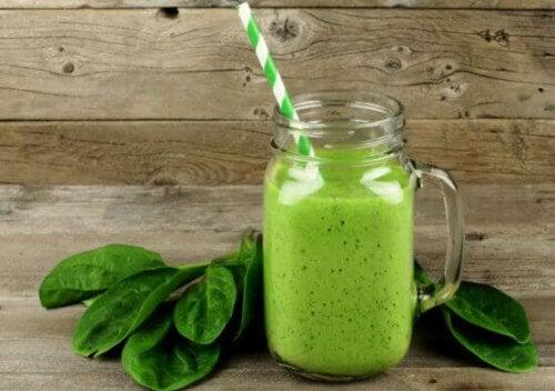 grøn shake til at afgifte kroppen