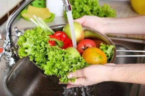 grøntsager der bliver vasket