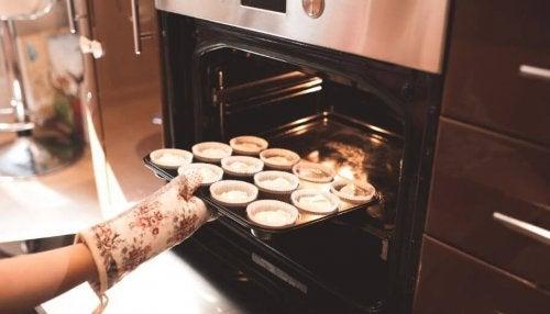 kvinde der bager muffins