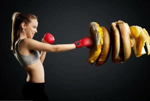 kvinde der bokser en burger