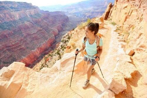 kvinde der går stavgang i bjerge