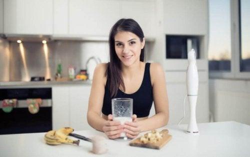 kvinde der har lavet en mælkedrik