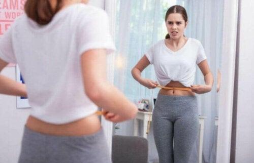 kvinde der måler sig om maven