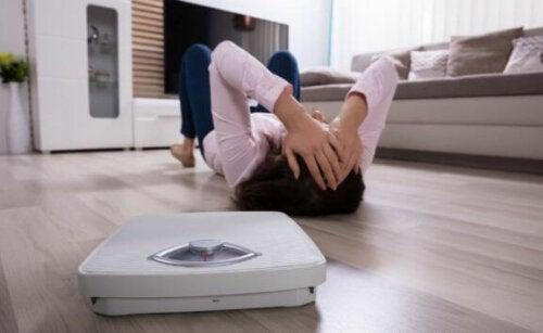 kvinde frustreret over sin vægt