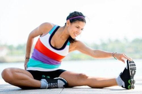 Kvinde strækker ud efter træning